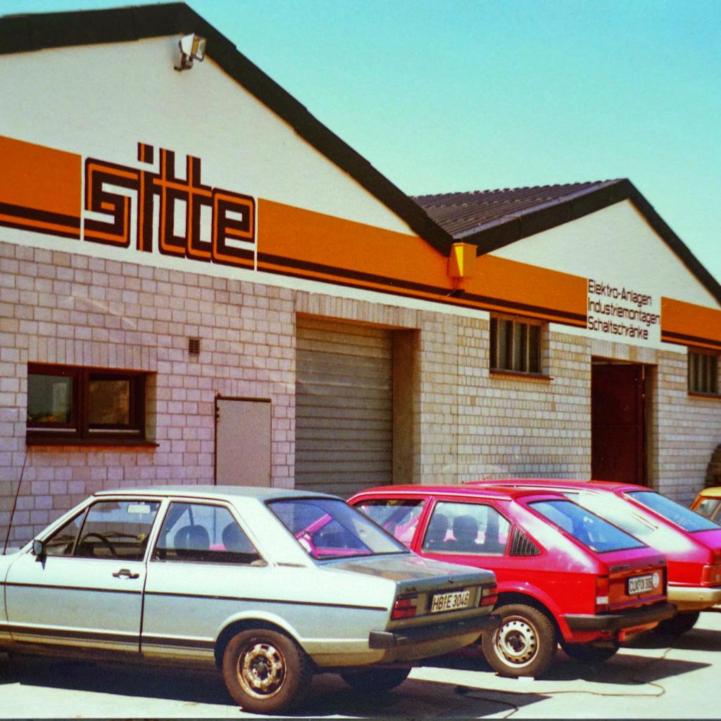 1979 - Bau der ersten Werkstatthalle und Beginn des Schaltanlagenbaus